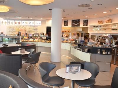 Ladeneinrichtung gebraucht für Bäckerei Cafe mit Terrasse